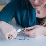 Pourquoi acheter à un artisan ou à un créateur, photo de Casiope Créations réalisant un bijou
