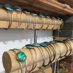Photo des coulisses de l'atelier de Casiope Créations, présentoir à bracelets